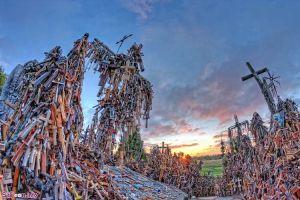 تپهی صلیبها یکی از مشهورترین نقاط کشور لیتوانی به شمار میرود. تخمین زده میشود که حدود ۲۰۰ هزار صلیب در اینجا وجود دارد که توسط زائران ج