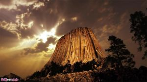 دویل تاور (برج شیطان)، وایومینگ، ایالات متحده،مکانی تشکیلشده بر اثر لاکولیت قدرتمند و نفوذ ماگما که از طرف بومیان آمریکایی