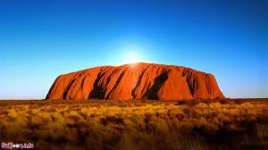 اولورو، سرزمین شمالی، استرالیا  صخرهی شنی یکی از مشهورترین و شناختهشدهترین جاذبههای کشور استرالیا به شمار میرود. مفهوم نمادین این س