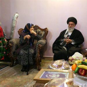 رهبر معظم انقلاب در کنار درخت کریسمس +عکس