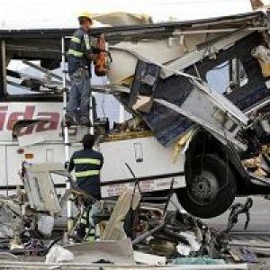 تصادف وحشتناک اتوبوس گردشگری با تراکتور در کالیفرنیا