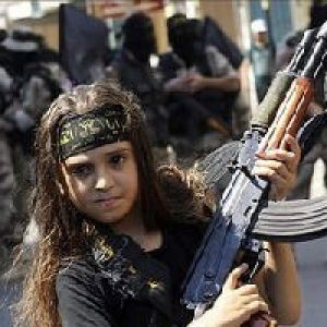اعدام 5 زن توسط دختر بچه داعشی +عکس