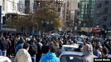 تجمع هواداران خشمگین استقلال مقابل این باشگاه