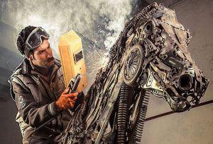 یک هنرمند ایرانی به نام حسن نوروزی با ساختن مجسمه فلزی اسب بالدار از خرده ریزهای فلزی، در محیط اینترنت بسیار محبوب شده است
