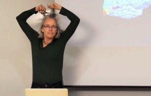 این خانم استاد دانشگاه، در یکی از کلاسهایش موهای سر خود را تراشید!