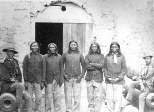 ساکنان یک قبیله با گریه و زاری از غریبهها استقبال میکنند !