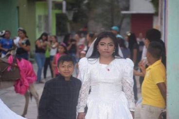 ماجرای متفاوت پنهان در عکس عروسی یک پسر بچه با زنی جوان