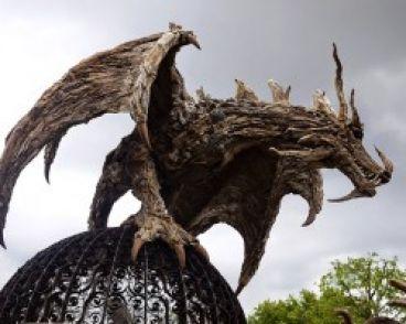 ساخت مجسمه های عظیم با چوبهای شناور